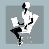Jovem mulher em uma folha do papel de instrução Foto de Stock