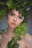Jovem mulher em uma grinalda das folhas Imagem de Stock