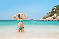 Jovem mulher em uma máscara do mergulho na praia fotografia de stock