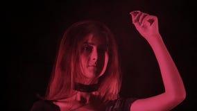 Jovem mulher em uma nuvem vazia cor-de-rosa da farinha em um fundo da fábrica do grunge do deserto video estoque