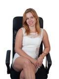 Jovem mulher em uma poltrona preta Fotos de Stock Royalty Free