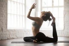 Jovem mulher em uma pose equipada com pernas do rei Pigeon, estúdio branco Imagem de Stock Royalty Free