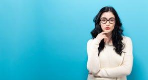 Jovem mulher em uma pose pensativa imagens de stock royalty free