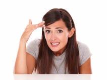 Jovem mulher embaraçado com gesto da falha Fotografia de Stock