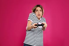 Jovem mulher emocional que joga jogos de v?deo imagem de stock