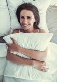Jovem mulher encantador em casa fotos de stock royalty free
