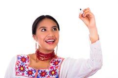 Jovem mulher encantador que veste a blusa andina tradicional com bordados coloridos, a colar vermelha de harmonização e os brinco Fotografia de Stock Royalty Free