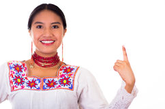 Jovem mulher encantador que veste a blusa andina tradicional com bordados coloridos, a colar vermelha de harmonização e os brinco Fotografia de Stock