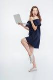 Jovem mulher entusiasmado alegre que guarda o portátil e que comemora o sucesso Imagem de Stock Royalty Free