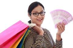 Jovem mulher entusiasmado com sacos de compras e 2000 notas da rupia Imagens de Stock Royalty Free
