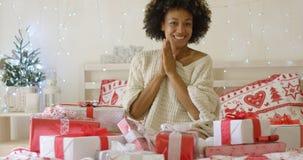 Jovem mulher entusiasmado com uma pilha de presentes do Xmas imagem de stock royalty free