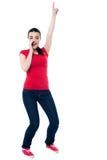 Jovem mulher entusiasmado que aponta para cima foto de stock