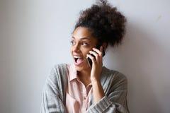 Jovem mulher entusiasmado que fala no telefone celular Foto de Stock