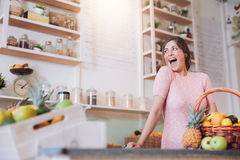 Jovem mulher entusiasmado que trabalha na barra de suco Fotografia de Stock