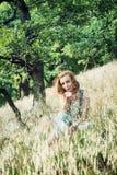 A jovem mulher envia um beijo doce na floresta Imagem de Stock