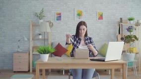 A jovem mulher envolve um presente que senta-se na tabela filme