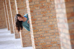 Jovem mulher escondendo Foto de Stock Royalty Free
