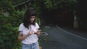 A jovem mulher espera seu táxi video estoque