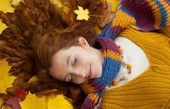 A jovem mulher está andando na madeira do outono Imagens de Stock Royalty Free
