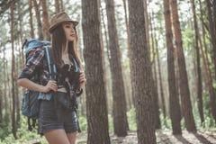A jovem mulher está apreciando o estilo de vida ativo fotos de stock