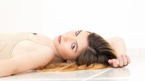 A jovem mulher está encontrando-se no ponto morto vestindo do assoalho colorido veste-se Imagem de Stock Royalty Free