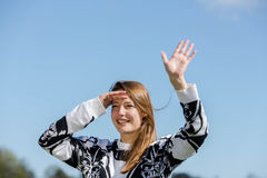 A jovem mulher está feliz sobre o retorno de seus amigos Fotografia de Stock