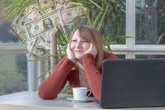 A jovem mulher está olhando sonhadoramente dólares americanos Imagem de Stock Royalty Free