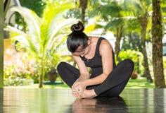 A jovem mulher está praticando a ioga e os pilates na natureza Imagem de Stock Royalty Free