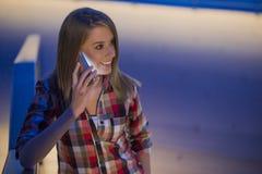 A jovem mulher está tendo a boa notícia no smartphone Fotografia de Stock