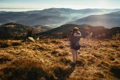 A jovem mulher está tomando imagens de um vale nevoento em França imagem de stock royalty free