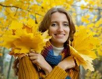 A jovem mulher está andando na madeira do outono Fotos de Stock Royalty Free