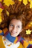 A jovem mulher está andando na madeira do outono Foto de Stock Royalty Free