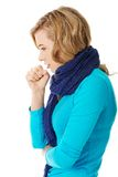 A jovem mulher está com uma gripe Fotos de Stock