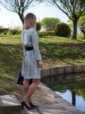 Jovem mulher europeia à moda em uma capa de chuva fotografia de stock royalty free