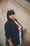 Jovem mulher excesso de peso bonita de sorriso feliz na obscuridade - casaco azul fora na rua Jovem mulher gorda segura Mulher de Imagem de Stock