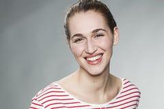 Jovem mulher excitada que sorri para o esplendor natural da pele Imagens de Stock