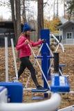 Jovem mulher, exercício em um similator dos esportes, natureza, outono, estilo de vida, floresta fotografia de stock