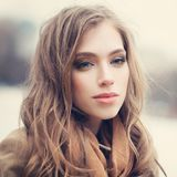 Jovem mulher exterior Modelo fêmea com penteado longo fotos de stock