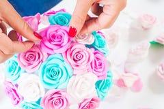A jovem mulher faz flores artificiais Imagens de Stock Royalty Free