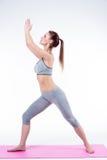A jovem mulher faz a ioga Fotos de Stock Royalty Free