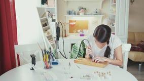 A jovem mulher faz a joia feito a mão Ferramenta para fazer a joia video estoque
