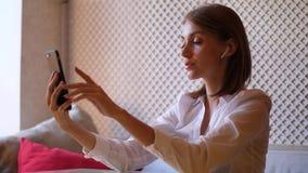 A jovem mulher faz o blogger video, falando e sorrindo video estoque