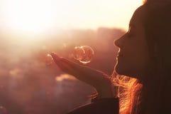 A jovem mulher faz um desejo. Fotografia de Stock Royalty Free