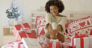 Jovem mulher feliz cercada por presentes do Natal imagem de stock royalty free