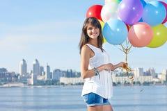 Jovem mulher feliz com balões coloridos imagens de stock