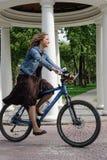 Jovem mulher feliz com bicicleta fotos de stock royalty free