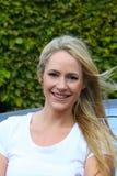 Jovem mulher feliz com cabelo louro longo e um sorriso bonito imagens de stock royalty free