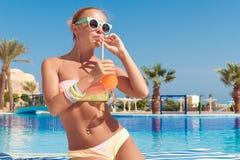 Jovem mulher feliz com cocktail Imagens de Stock Royalty Free