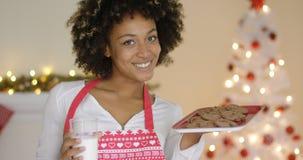 Jovem mulher feliz com leite e cookies para Santa foto de stock