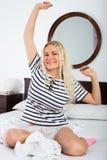 Jovem mulher feliz com o cabelo longo que acorda foto de stock